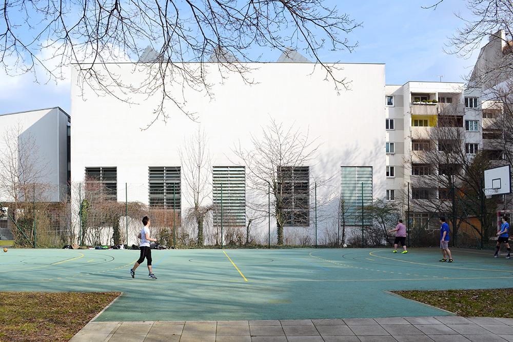 Sportplatz mit Turnsaal
